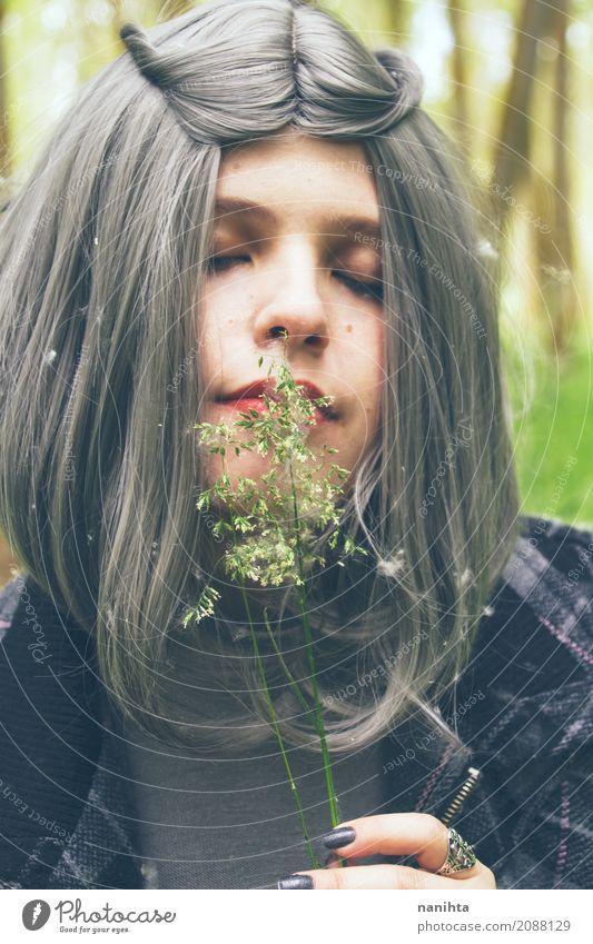 Junge Frau mit dem grauen Haar riecht Blumen Lifestyle elegant schön Gesundheit Allergie Wellness Leben harmonisch Mensch feminin Jugendliche 1 18-30 Jahre