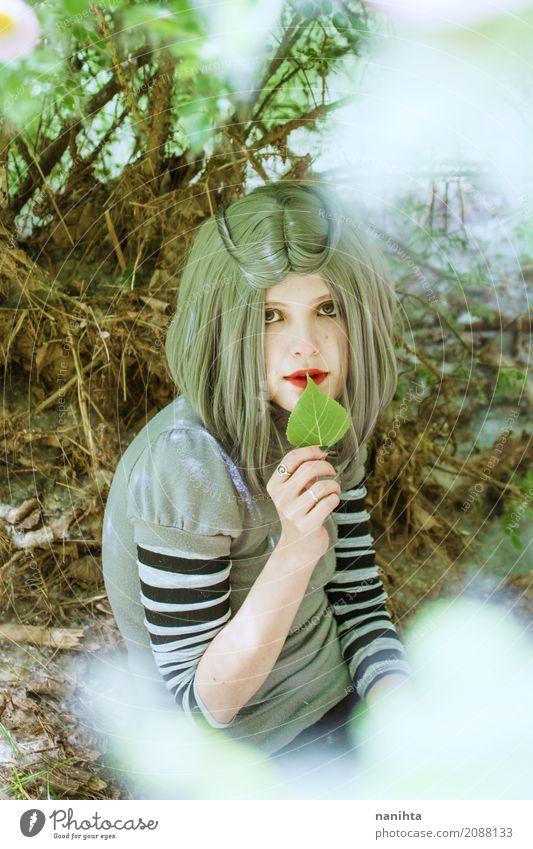 Junge Frau mit einem Blatt in ihren Händen Mensch Natur Jugendliche Sommer schön grün weiß ruhig Wald 18-30 Jahre Erwachsene Umwelt Frühling natürlich