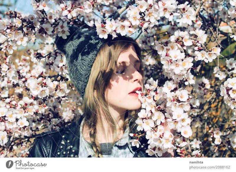 Junge Frau, die mit vielen Mandelblumen aufwirft Mensch Natur Jugendliche Pflanze schön Baum Blume Erholung ruhig 18-30 Jahre Erwachsene Umwelt Leben Lifestyle