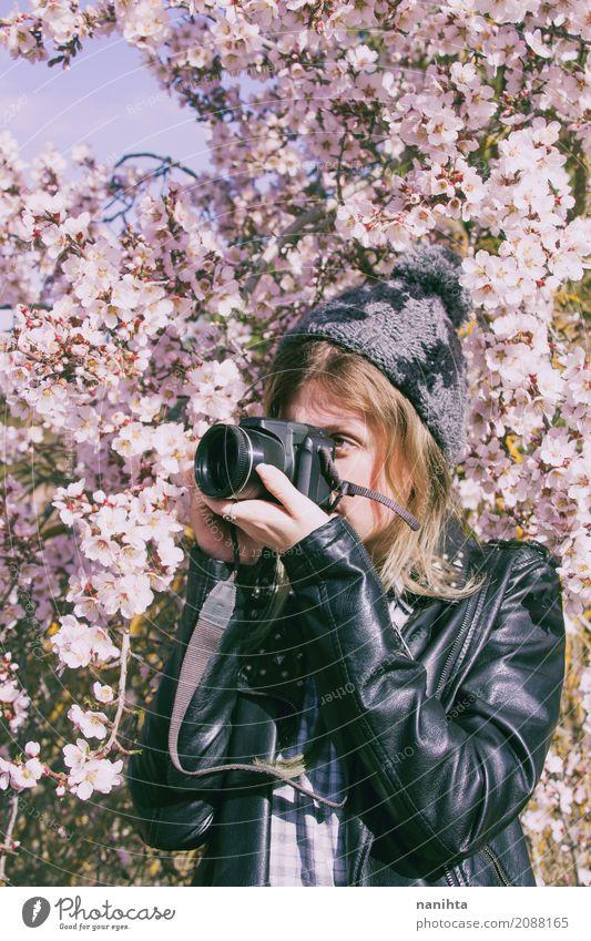 Junge Frau, die Fotos in der Natur macht Lifestyle Freizeit & Hobby Fotografie Photo-Shooting Mensch feminin Jugendliche 1 18-30 Jahre Erwachsene Frühling Baum