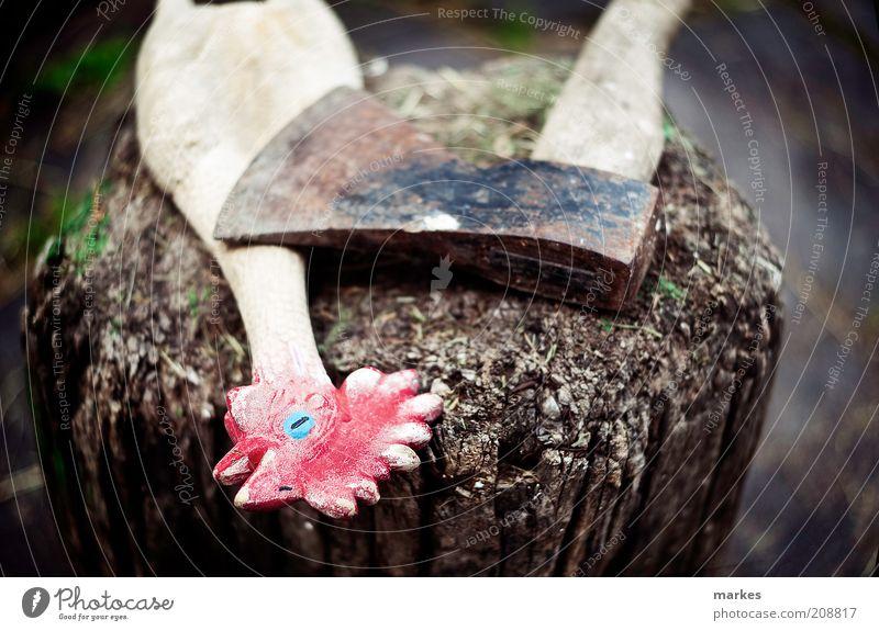 der Cousin ohne Knochen getötet hat? 1 Tier Holz trashig bizarr Kitsch Kunst Gummihähnchen Axt Gedeckte Farben Außenaufnahme Tag Sonnenlicht