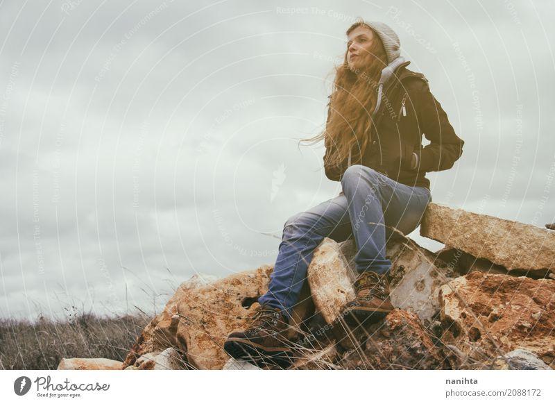 Junge blonde Frau an einem stürmischen Tag Mensch Natur Jugendliche Junge Frau Einsamkeit ruhig Berge u. Gebirge Umwelt Leben Lifestyle Herbst feminin Freiheit