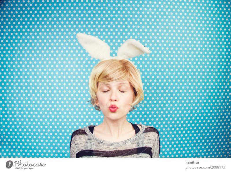 Junge Frau trägt Hasenohren Mensch Jugendliche blau weiß 18-30 Jahre Erwachsene Leben Lifestyle lustig feminin Stil Stimmung träumen frisch blond