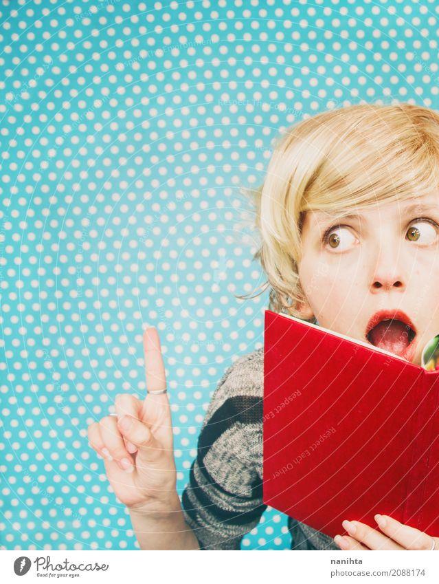 Junge Frau, die eine Idee beim Liest ein Buch hat Mensch Jugendliche blau rot 18-30 Jahre Erwachsene Lifestyle feminin Kunst Kommunizieren Erfolg Kultur lernen