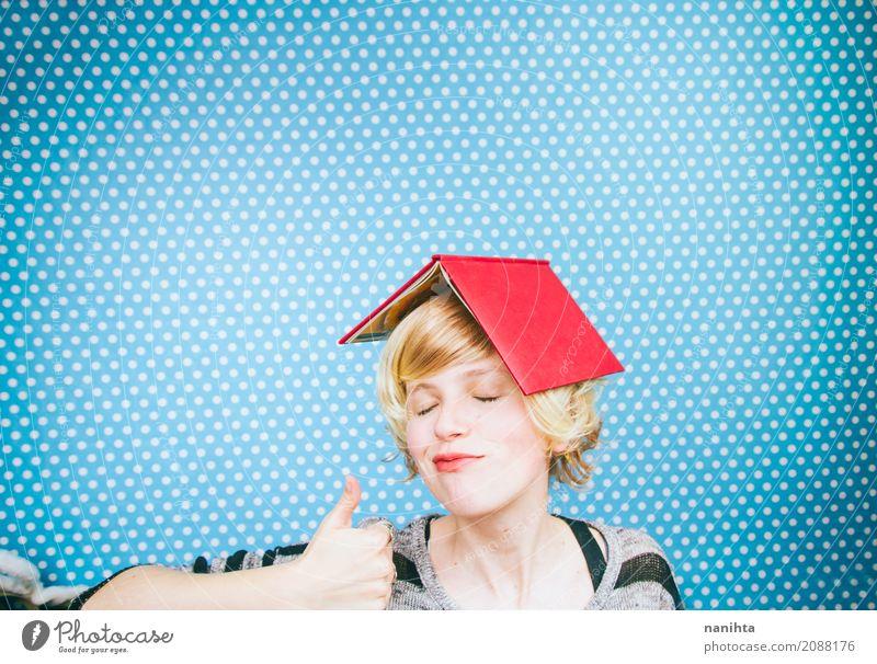 Junge und glückliche Frau mit einem Buch, das ihren Kopf bedeckt Lifestyle lesen Bildung lernen Mensch feminin Junge Frau Jugendliche 1 18-30 Jahre Erwachsene