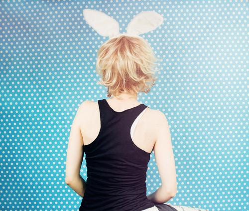 Hintere Ansicht von tragenden Hasenohren einer jungen Frau Feste & Feiern Karneval Ostern Mensch feminin Junge Frau Jugendliche 1 18-30 Jahre Erwachsene T-Shirt