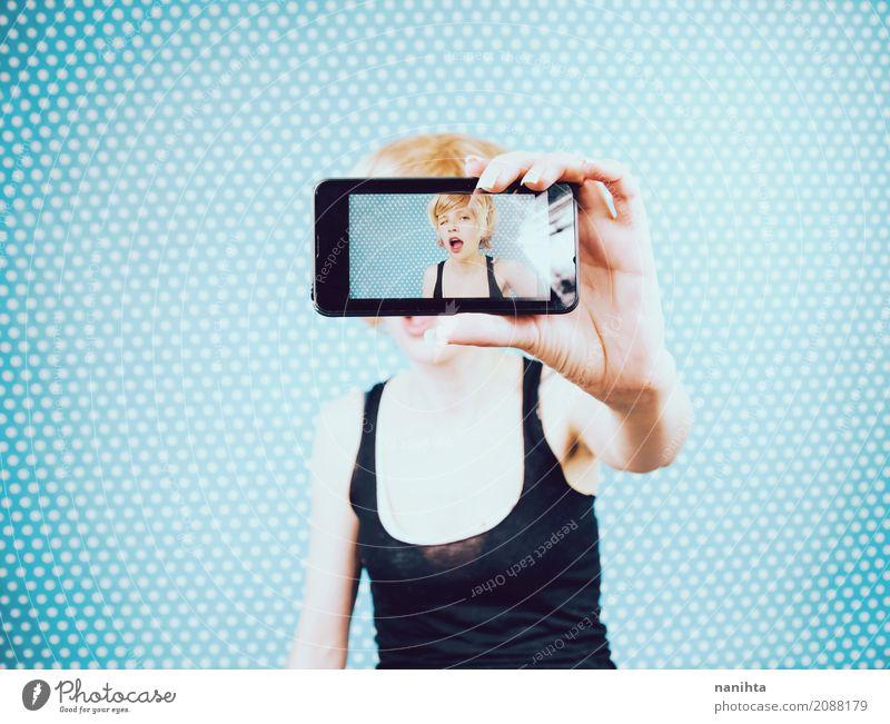 Junge Frau, die ein Selbstporträt mit ihrem Handy nimmt Lifestyle Leben Fotografie Selbstportrait Mensch feminin Jugendliche 1 18-30 Jahre Erwachsene T-Shirt