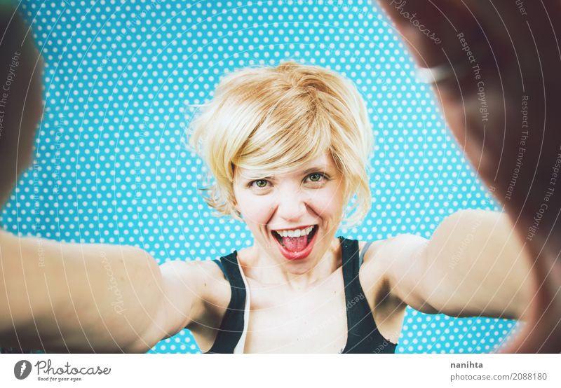 Junge nette Frau, die ein Selbstporträt nimmt Mensch Jugendliche blau Junge Frau schön Erotik 18-30 Jahre Erwachsene gelb Lifestyle feminin lachen