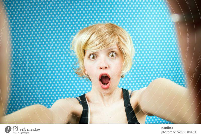 Selbstporträt einer jungen überraschten Frau Lifestyle Mensch feminin Junge Frau Jugendliche 1 18-30 Jahre Erwachsene Haare & Frisuren blond kurzhaarig