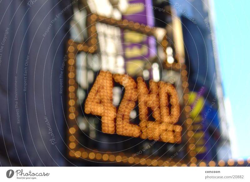 42nd Street on Broadway Beleuchtung USA Theaterschauspiel erleuchten Neonlicht New York City Musical Leuchtreklame Werbeschild Stadtlicht