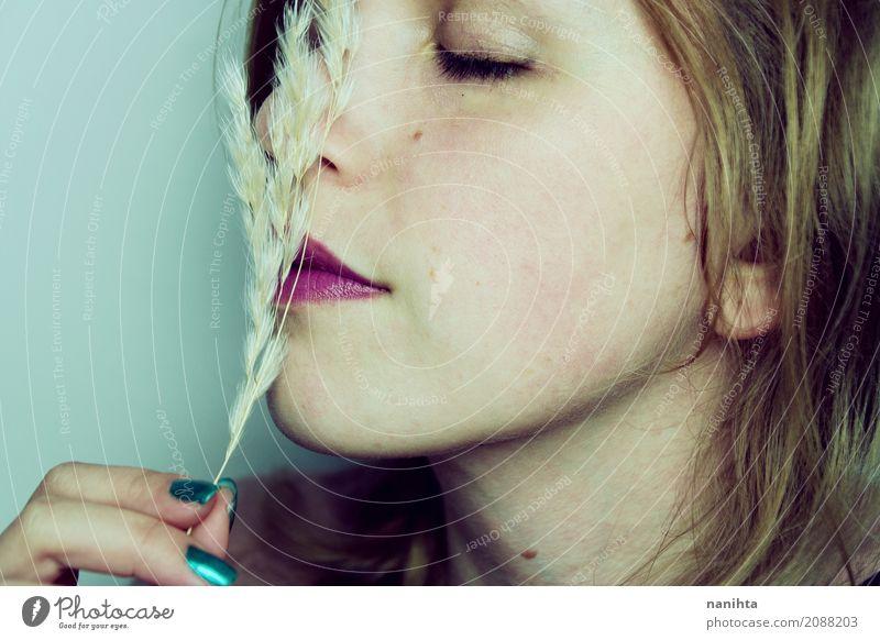 Junge Frau, welche die Note einer trockenen Anlage genießt Lifestyle schön Haut Gesicht Lippenstift Wellness Sinnesorgane Erholung ruhig Duft Mensch feminin