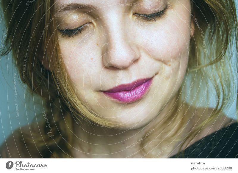 Junges blondes Frauenlächeln Lifestyle schön Haut Wellness harmonisch Wohlgefühl Erholung ruhig Mensch feminin Junge Frau Jugendliche Gesicht 1 18-30 Jahre