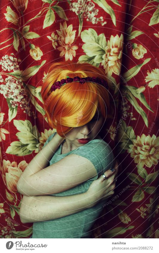 Junge mysteriöse Frau, die sich umarmt elegant Mensch feminin Junge Frau Jugendliche 1 18-30 Jahre Erwachsene T-Shirt Haarband Haare & Frisuren rothaarig