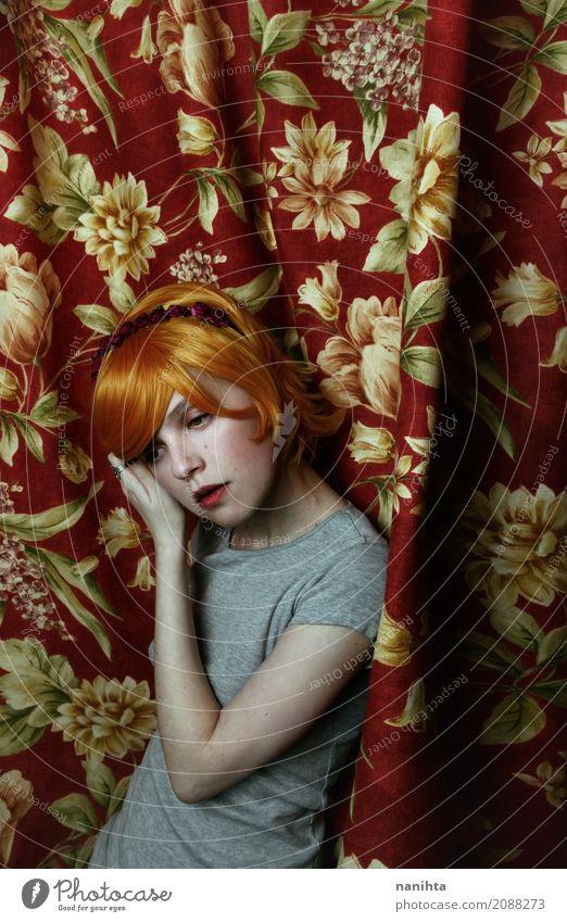 Junge Rothaarigefrau, die mit Vorhänge als Hintergrund aufwirft Mensch Jugendliche alt Junge Frau schön rot Erholung ruhig 18-30 Jahre Erwachsene Lifestyle