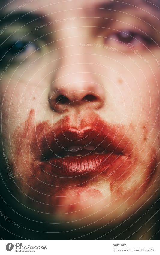 Close up Portrait eines Vampirs Gesicht Schminke Halloween Mensch androgyn Jugendliche 1 18-30 Jahre Erwachsene Kunst beobachten Blick verrückt weich rot