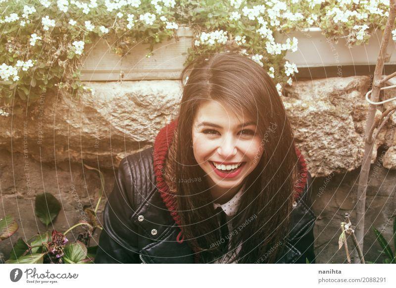 Junges und glückliches Frauenlächeln Mensch Jugendliche Junge Frau schön Blume Freude 18-30 Jahre Erwachsene Leben Lifestyle feminin Stil lachen Stein frisch