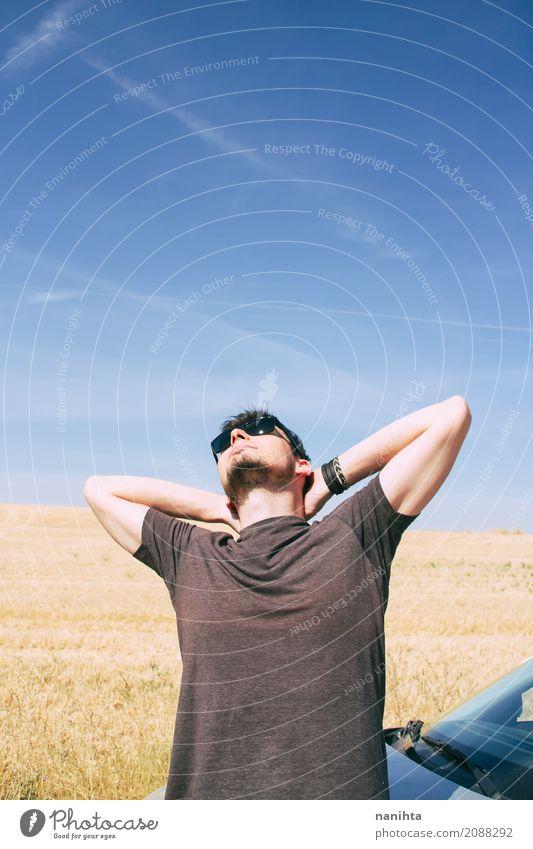 Junger Mann, der einen sonnigen Sommertag genießt Mensch Ferien & Urlaub & Reisen Jugendliche Sonne Freude 18-30 Jahre Erwachsene Lifestyle Stil Freiheit