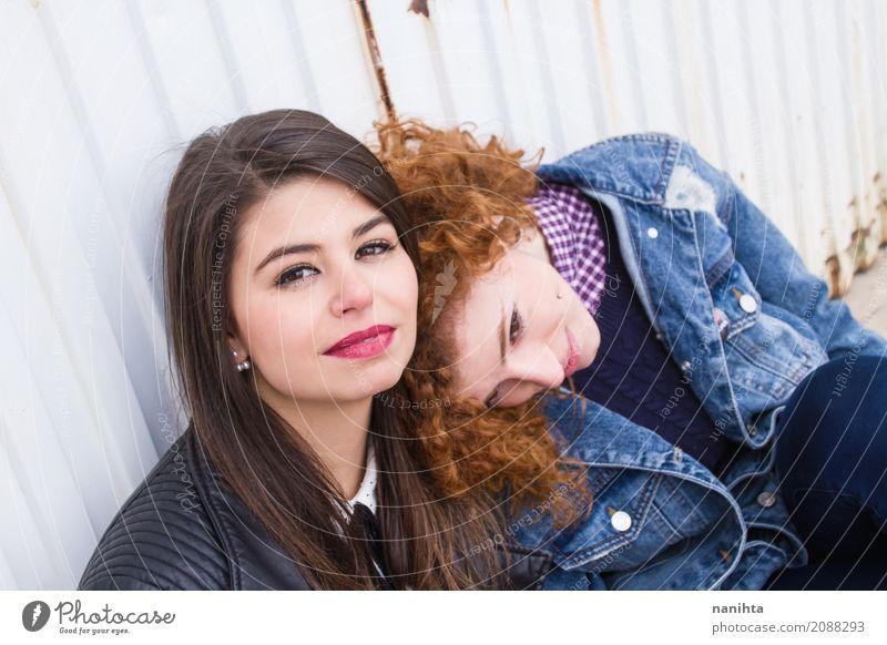 Zwei junge Frau genießen den Tag zusammen Mensch Jugendliche Junge Frau schön Erholung 18-30 Jahre Erwachsene Leben Lifestyle Liebe Gefühle feminin Mode Paar