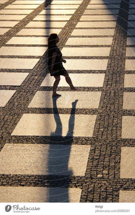 Silhouette einer auf einem Bein stehenden Frau auf einem großen gepflasterten Platz im Gegenlicht mit Schatten Mensch feminin Erwachsene 1 45-60 Jahre Chemnitz