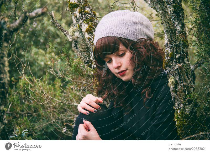 Junge Brünette Frau in den Wald Mensch Natur Jugendliche Junge Frau schön grün Erholung ruhig 18-30 Jahre schwarz Erwachsene Umwelt Leben Lifestyle Gesundheit