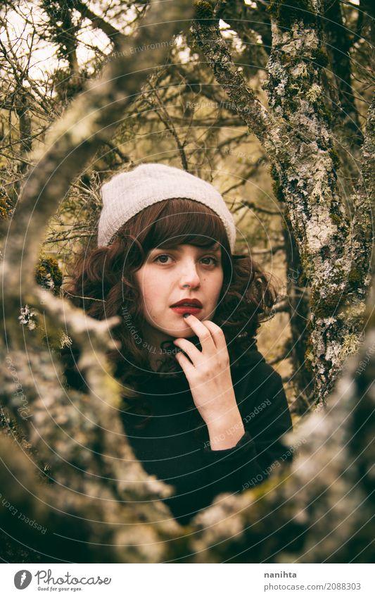 Portrait einer jungen Frau verloren in einen Wald Mensch Natur Ferien & Urlaub & Reisen Jugendliche Junge Frau schön grün Baum 18-30 Jahre schwarz Erwachsene