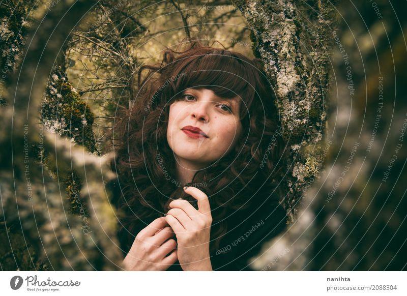 Portrait einer jungen Brunettefrau in das Holz Mensch Natur Jugendliche Junge Frau schön grün Baum ruhig Wald 18-30 Jahre Erwachsene Umwelt Leben Lifestyle
