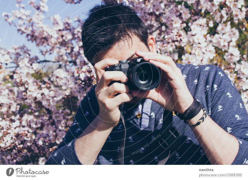 Junger Mann, der Fotos nimmt Mensch Natur Jugendliche Baum Blume 18-30 Jahre Erwachsene Leben Lifestyle Frühling Kunst Business Freizeit & Hobby maskulin Kultur