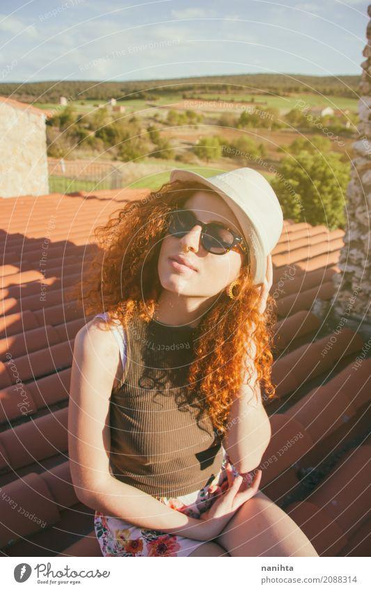 Junge Frau, die einen sonnigen Tag genießt Mensch Natur Ferien & Urlaub & Reisen Jugendliche Sommer schön Freude 18-30 Jahre Erwachsene Lifestyle Frühling