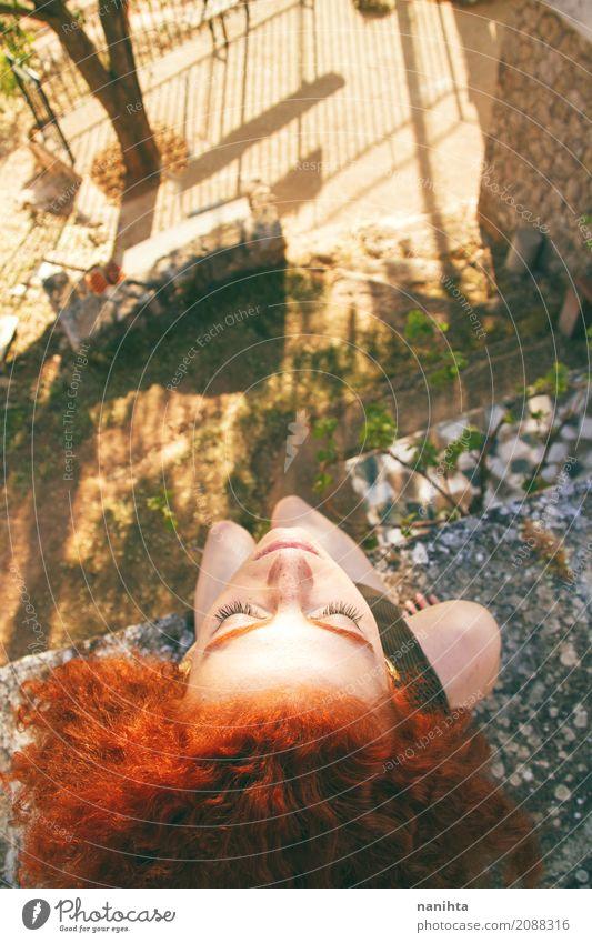 Hohe Ansicht eines jungen Rothaarigefrauenporträts Lifestyle exotisch Freude Gesundheit Wellness Leben harmonisch Erholung ruhig Meditation