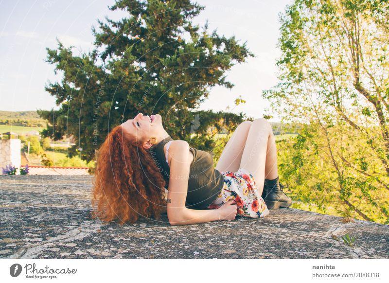 Junge und glückliche Rothaarigefrau draußen Mensch Natur Ferien & Urlaub & Reisen Jugendliche Junge Frau Sommer grün Baum Freude 18-30 Jahre Erwachsene Leben