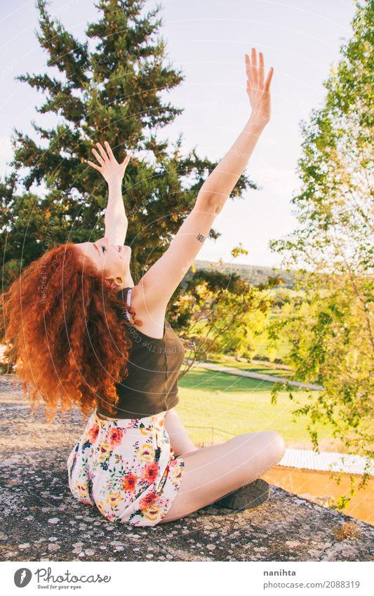 Junge Rothaarigefrau, die ihre Arme anhebt Mensch Natur Ferien & Urlaub & Reisen Jugendliche Junge Frau Sommer Baum Landschaft Erholung Wald 18-30 Jahre