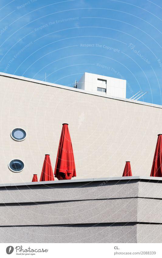 sonnenschirme Himmel Ferien & Urlaub & Reisen blau Sommer Stadt Sonne rot Erholung Architektur Wand Berlin Gebäude Mauer Tourismus Freizeit & Hobby Hochhaus