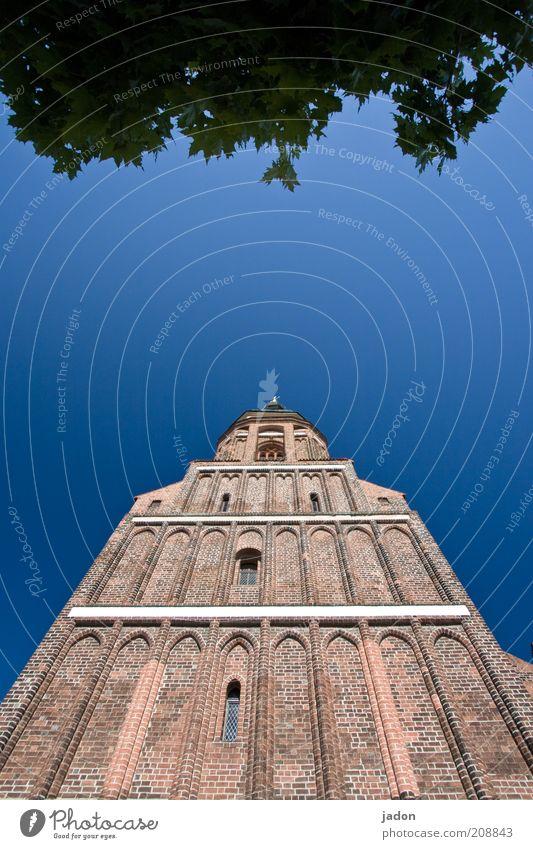 turm. Kirche Turm Fassade Fenster alt hoch blau Himmel Blätterdach Textfreiraum Mitte Tag Weitwinkel Kirchturm Außenaufnahme Blauer Himmel Froschperspektive