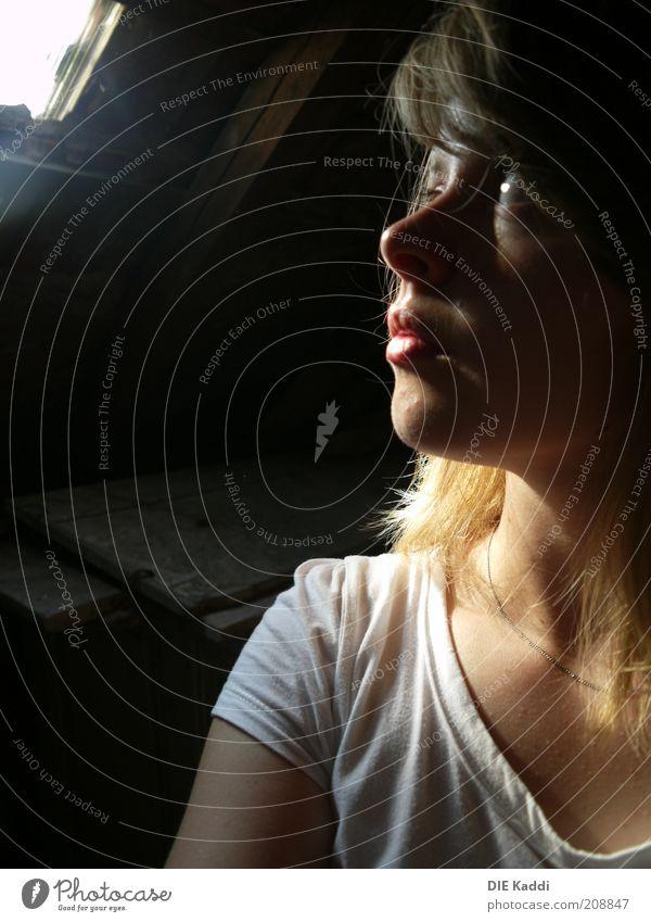 immer im Dunkeln Mensch Jugendliche Gesicht ruhig schwarz Einsamkeit gelb Erotik feminin Haare & Frisuren träumen Kopf Traurigkeit Mund Wärme Nase