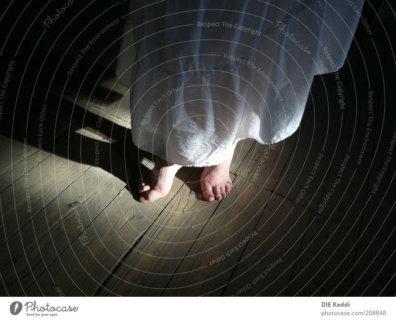verstecktes Ballett Talent Dachboden Tanzen Fuß Rock Kleid Holz stehen braun schwarz Farbfoto Innenaufnahme Hintergrund neutral Schatten Lichterscheinung Barfuß