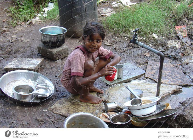 Leben im Slum Elendsviertel elend Kind Mädchen Spielen Armut dreckig Erde