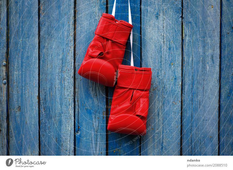 Paar rote Handschuhe zum Kickboxen Sport Erfolg Seil Leder Holz alt dreckig retro blau Konkurrenz Schutz Kraft Entwurf Symbole & Metaphern altehrwürdig