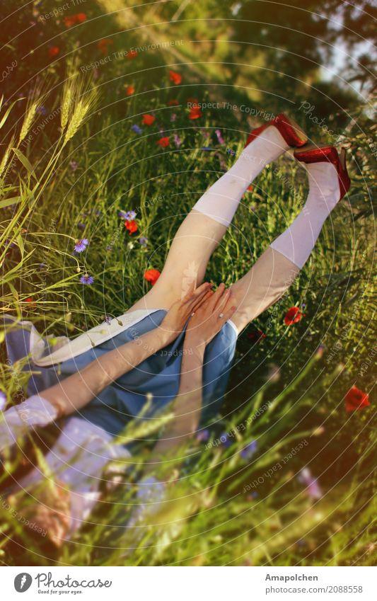 ::17-06:: Mensch Jugendliche Junge Frau Sommer Blume rot Mädchen 18-30 Jahre Erwachsene Leben Wiese feminin träumen liegen 13-18 Jahre Schuhe