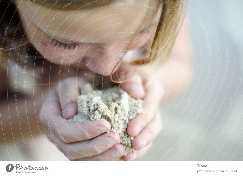 In deine Hände leg ich... Mensch Hand Mädchen Sommer Strand Gesicht Ferien & Urlaub & Reisen ruhig Spielen Haare & Frisuren Kopf Sand Zufriedenheit Herz Finger