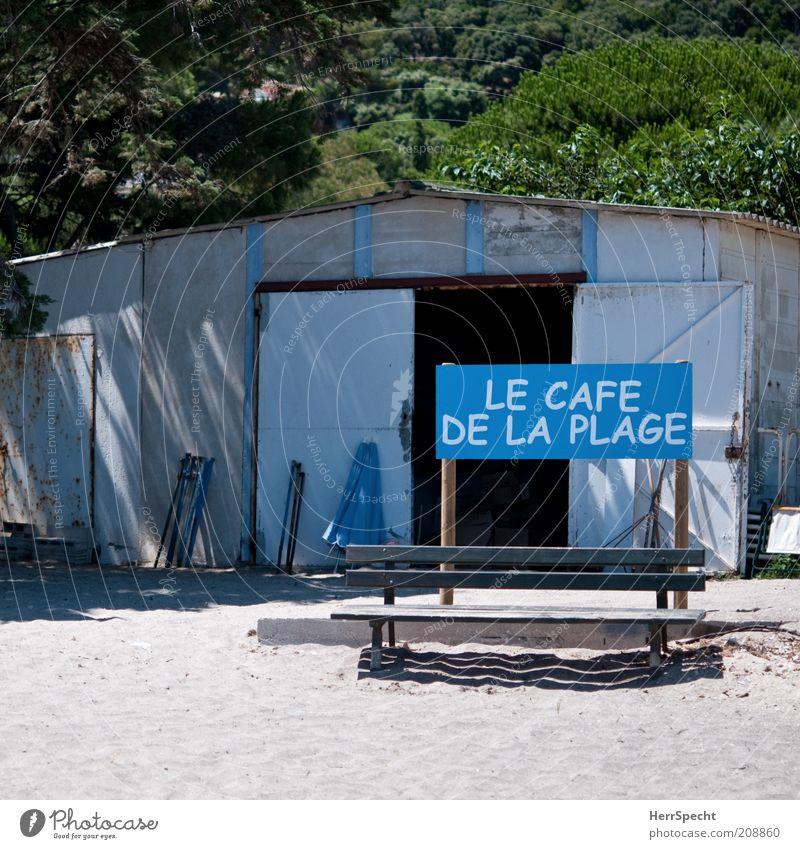 Bienvenue... grün blau Strand braun Schilder & Markierungen trist Bank offen Schriftzeichen Café trashig Schönes Wetter Möbel Enttäuschung Gastronomie