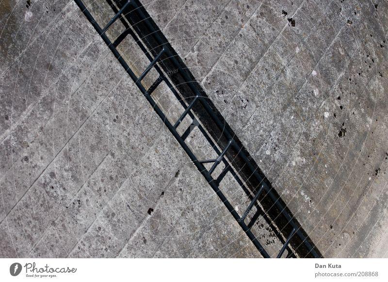 Ein ewiges auf und ab … grau Stein Gebäude Metall dreckig Beton hoch Treppe Abenteuer trist Niveau Klettern aufwärts steigen Leiter