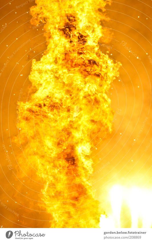 Feuer und Flamme gelb hell Kunst gold Abenteuer gefährlich heiß Rauch Veranstaltung Respekt Kamin Experiment