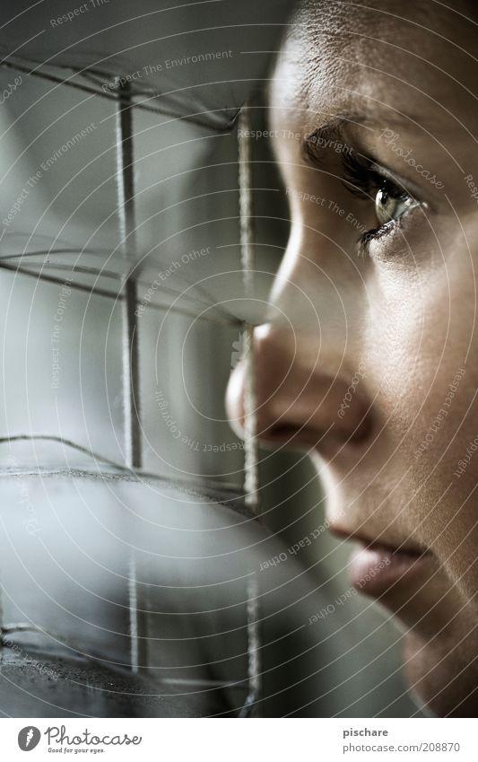 Das Fenster zum Hof feminin Junge Frau Jugendliche Gesicht 18-30 Jahre Erwachsene beobachten Blick bedrohlich dunkel gruselig schön Neugier Wachsamkeit