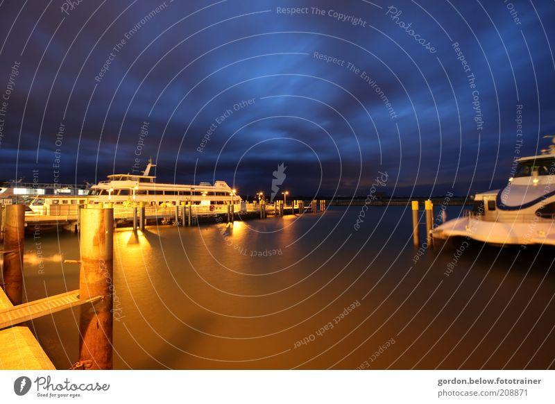 12 Uhr Nachts Himmel Wolken Nachthimmel See Bodensee Verkehrsmittel Schifffahrt Bootsfahrt Passagierschiff Hafen blau gold Farbfoto Außenaufnahme Menschenleer