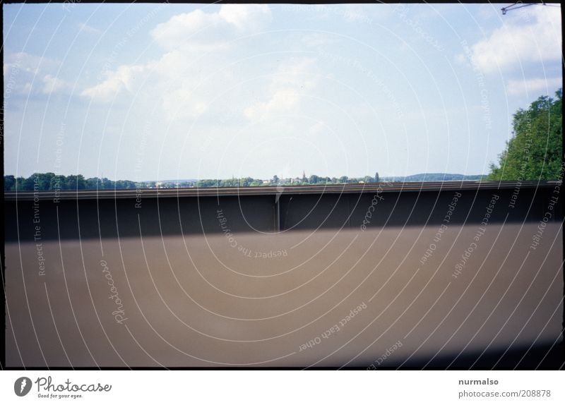 über den Brückenrand sehen Natur Sommer ruhig Ferne Umwelt Landschaft klein außergewöhnlich Frieden Stahl flach Kleinstadt winzig Wolkenhimmel Havel