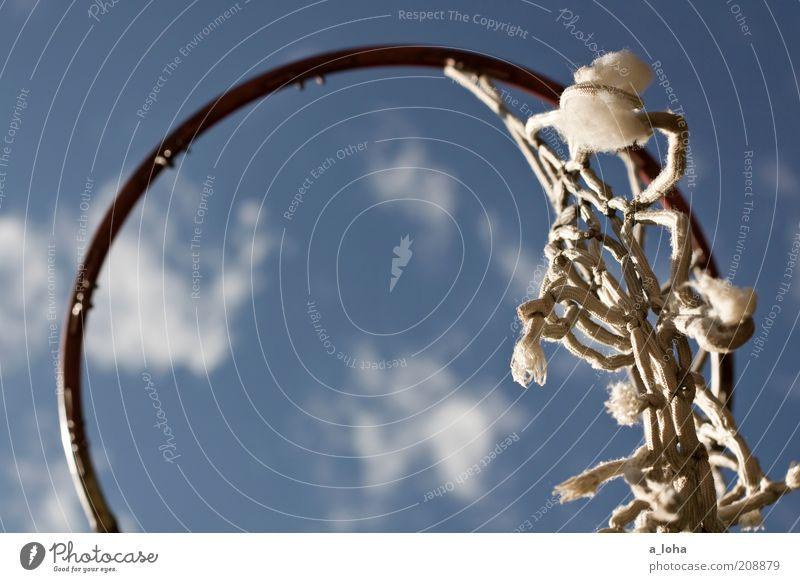 der letzte rest Himmel alt blau weiß Wolken oben Metall Freizeit & Hobby kaputt rund Symbole & Metaphern Netz Schönes Wetter hängen verwittert Knoten