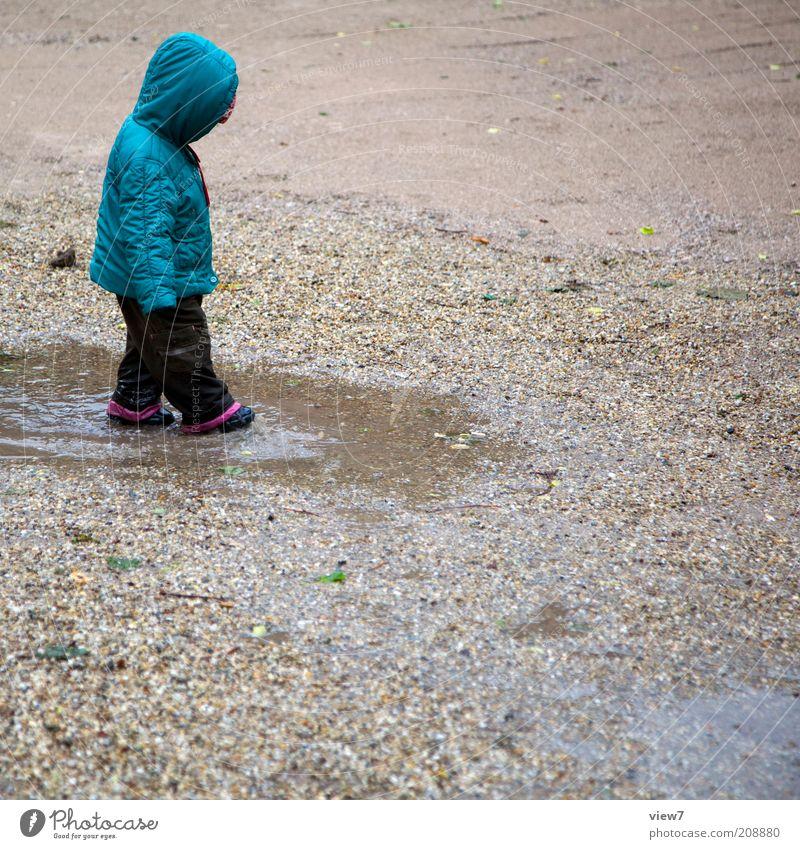Hänschen klein ... Spielen Mensch Kind Kleinkind Mädchen 1 1-3 Jahre Wasser Sommer Klima schlechtes Wetter Regen beobachten entdecken machen einzigartig nass