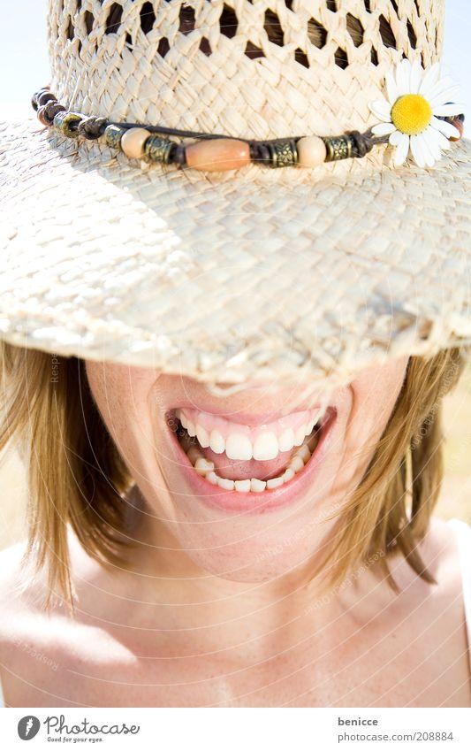 screem Frau Mensch Hut Sonnenhut Zähne Mund lachen schreien weiß Sommer Freude attraktiv verstecken anonym Strohhut Frauenmund Fröhlichkeit Detailaufnahme