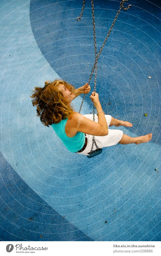 Einfach mal blau machen! (II) Sommer feminin Junge Frau Jugendliche Kindheit Erwachsene 18-30 Jahre Barfuß blond Locken drehen lachen Glück Fröhlichkeit