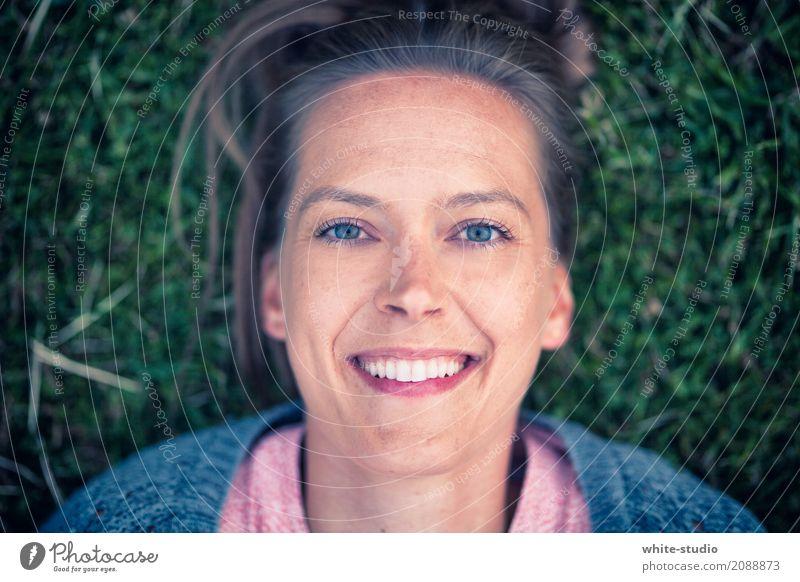 Natural Junge Frau Jugendliche Erwachsene Lächeln lachen Fröhlichkeit Wiese Sommer liegen Blumenwiese Porträt Zufriedenheit Frühlingsgefühle Optimist Optimismus